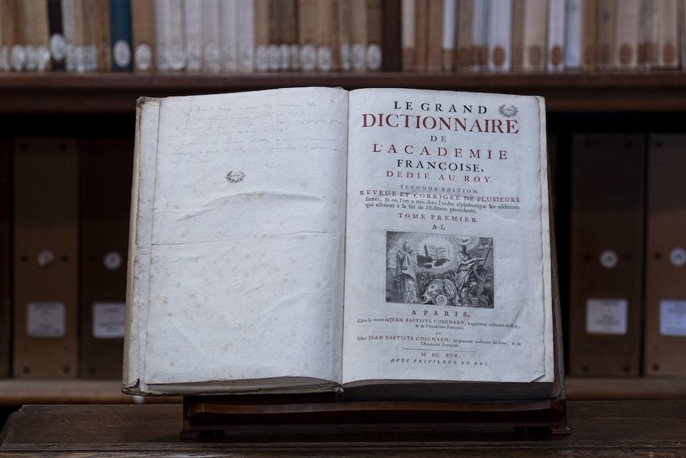 Livre de la Bibliothèque ouvert, La salle de lecture est ouverte à partir du 3 décembre